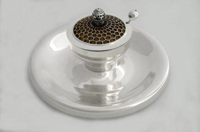 קערת דבש כף וצלחת מכסף טהור מחבר את הטבע והדבש עצמו בעיצוב