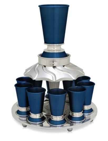 משפף יין אלומיניום צבעוני, הכולל כוס יין מודרנית, מתרחבת עם בסיס חינני ומתרחב